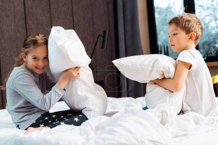 Photo pour Mignon frères et sœurs oreiller combat dans la chambre - image libre de droit