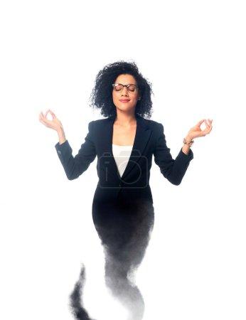 Photo pour Femme d'affaires afro-américaine avec les yeux fermés méditant comme djinn isolé sur blanc - image libre de droit