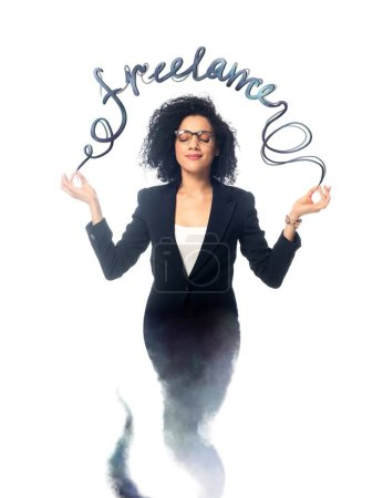 Photo pour Femme d'affaires afro-américaine avec les yeux fermés méditant comme djinn isolé sur blanc avec lettrage freelance - image libre de droit