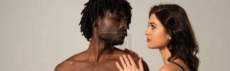 Photo pour Intime interracial couple câlin et regarder l'autre isolé sur gris, en-tête de site - image libre de droit