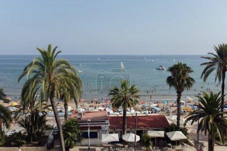 Photo pour CATALONIE, ESPAGNE - 30 AVRIL 2020 : Repos sur la plage avec des yachts en mer et ciel bleu en arrière-plan - image libre de droit