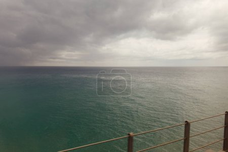 Photo pour Concentration sélective du pont avec paysage marin et nuages nuageux en Catalogne, Espagne - image libre de droit