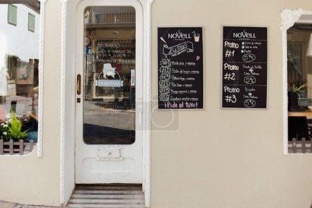 Photo pour CATALONIE, ESPAGNE - 30 AVRIL 2020 : Plaques signalétiques avec menu au mur près de la porte dans le café - image libre de droit