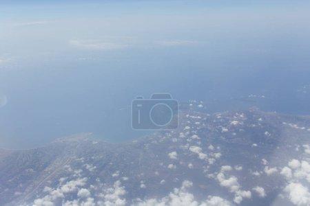 Photo pour Vue aérienne de la mer et de la côte de Catalogne avec des nuages dans le ciel, Espagne - image libre de droit
