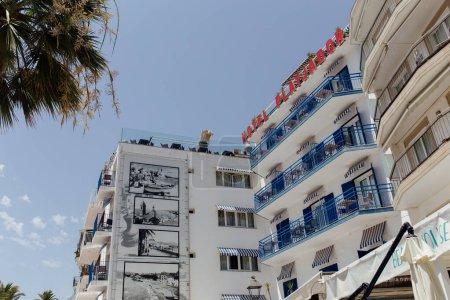 Photo pour CATALONIE, ESPAGNE - 30 AVRIL 2020 : Face de l'hôtel platjador avec ciel bleu à l'arrière-plan - image libre de droit