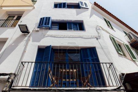 Photo pour Vue à faible angle de la table et des chaises sur le balcon de la maison en Catalogne, Espagne - image libre de droit