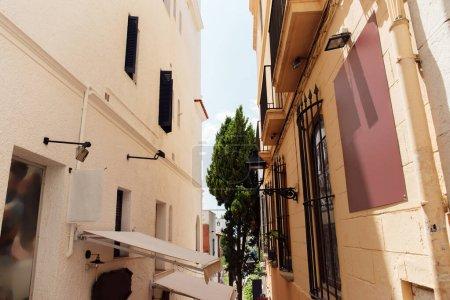 Photo pour Immeubles ensoleillés dans les rues urbaines de Catalogne, Espagne - image libre de droit