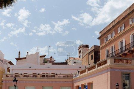 Photo pour Maisons avec terrasse et ciel nuageux à l'arrière-plan en Catalogne, Espagne - image libre de droit