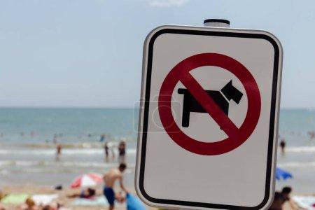 Photo pour Panneau d'interdiction sélectif sur la plage en Catalogne, Espagne - image libre de droit
