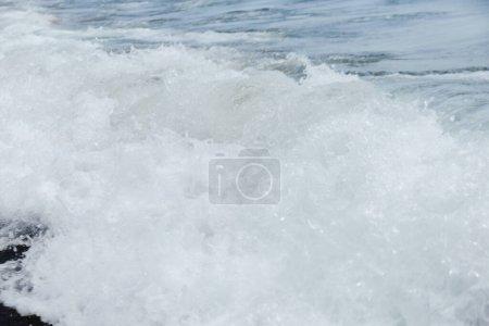 Photo pour Vue rapprochée de la vague de mer avec mousse sur la côte en Catalogne, Espagne - image libre de droit