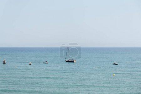 Photo pour Paysage marin avec des bateaux et ciel bleu en arrière-plan en Catalogne, Espagne - image libre de droit