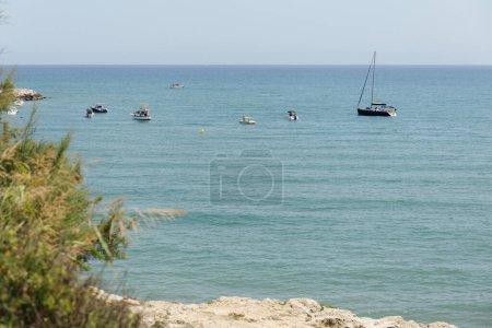 Photo pour Sélection de bateaux et de yachts en mer et plantes vertes sur la côte catalane, Espagne - image libre de droit