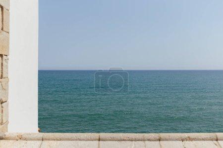 Photo pour Concentration sélective du paysage marin avec un ciel bleu en arrière-plan en Catalogne, Espagne - image libre de droit
