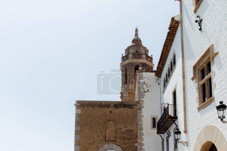 Photo pour Vue à faible angle des façades de la maison et de l'église de San Bartolome et Santa Tecla avec ciel clair à l'arrière-plan à Barcelone, Espagne - image libre de droit