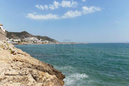 Photo pour Paysage marin avec montagnes et ciel bleu en arrière-plan en Catalogne, Espagne - image libre de droit