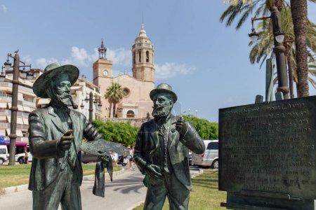 Photo pour SITES, ESPAGNE - 30 AVRIL 2020 : Monument de Santiago Rusinol et Ramon Casas sur la rue urbaine - image libre de droit