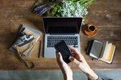 """Постер, картина, фотообои """"Человек, используя смартфон и ноутбук на рабочем месте с ноутбуками и старинные камеры"""""""