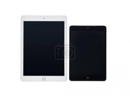 Photo pour Tablettes numériques de différentes tailles avec écrans vierges isolés sur blanc - image libre de droit