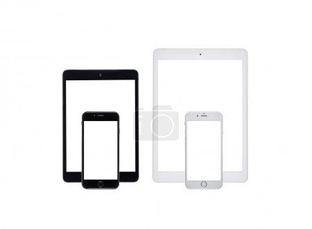 Photo pour Jeu de noir et blancs tablettes numériques avec les smartphones avec des écrans vierges en studio photo - image libre de droit