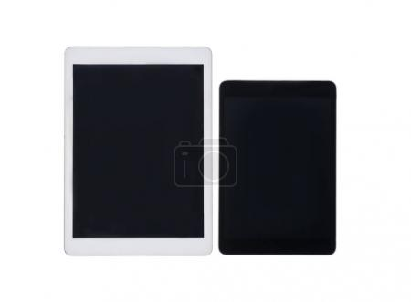 Photo pour Bouchent la vue de paire de tablettes numériques avec des écrans vierges isolés sur blanc - image libre de droit