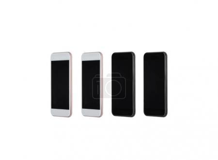 Photo pour Ensemble de blancs et noirs des smartphones avec des écrans vierges isolés sur blanc - image libre de droit
