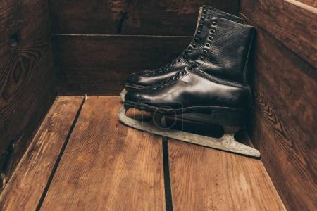 Photo pour Paire de noir vintage sketes debout dans une boîte en bois - image libre de droit