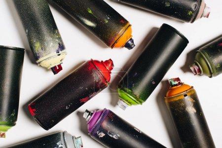 Photo pour Vue de dessus de différentes boîtes avec peinture aérosol isolée sur blanc - image libre de droit