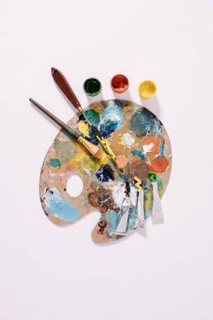 Photo pour Vue de dessus de la palette avec peintures colorées et pinceaux isolés sur gris - image libre de droit