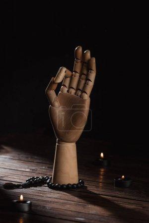 Photo pour Main en bois avec le geste de gyan mudra - image libre de droit