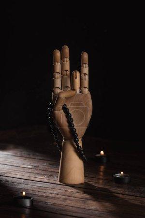 Photo pour Main en bois avec le geste du mudra prithvi - image libre de droit