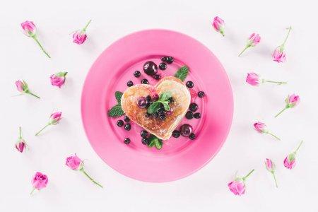 vue de dessus du coeur en forme de crêpes et roses roses isolé sur blanc, Valentin concept