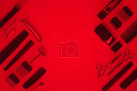 Photo pour Vue de dessus de l'arrangement de divers outils de coiffeur v - image libre de droit