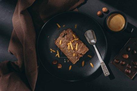 Photo pour Vue de dessus du gâteau au chocolat aux zestes d'orange sur plaque noire - image libre de droit
