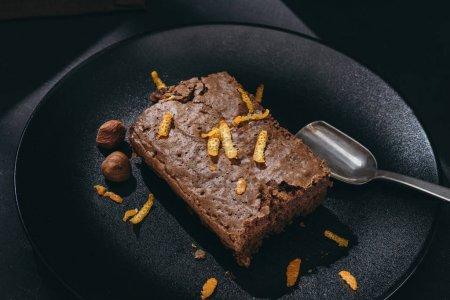 Photo pour Gros plan tiré de gâteau au chocolat aux zestes d'orange sur plaque noire - image libre de droit