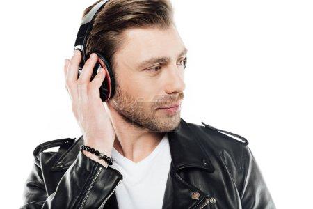 Photo pour Homme, écoute de la musique au casque et à la recherche de suite isolé sur blanc - image libre de droit
