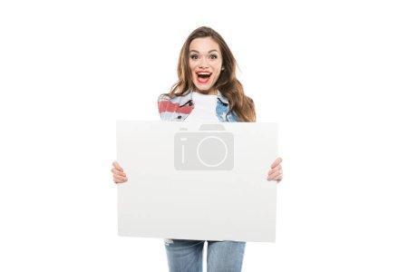 Photo pour Jeune femme caucasienne, tenant une bannière vide avec l'expression du visage - image libre de droit
