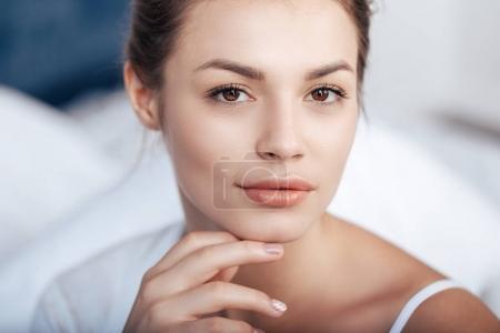 Photo pour Gros plan portrait de charmante jeune femme au lit - image libre de droit
