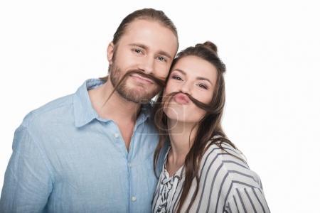 Photo pour Joyeux jeune couple faisant fausse moustache à partir de cheveux et souriant à la caméra - image libre de droit