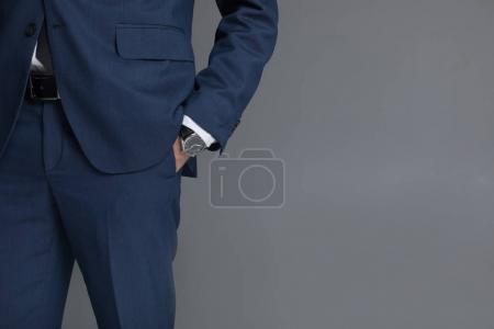 Photo pour Jeune homme en smoking faire la demande en mariage à sa petite amie - image libre de droit
