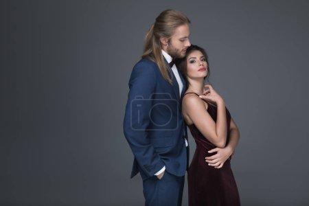 jeune couple élégant dans vêtements