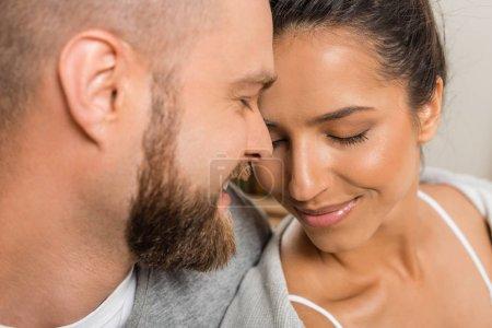 Photo pour Bouchent le portrait de jeunes amoureux souriant avec les yeux fermés - image libre de droit