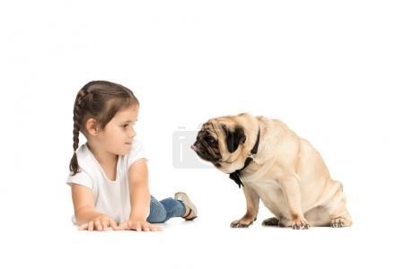 Photo pour Petite fille adorable heureuse avec chien carlin, isolé sur blanc - image libre de droit