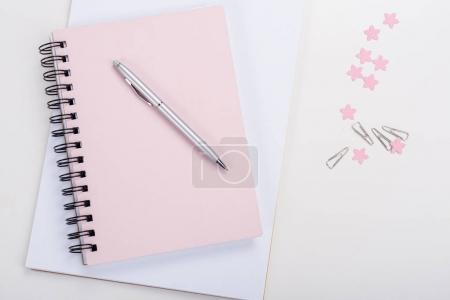 Photo pour Vue du dessus du stylo sur ordinateur portable rose et fournitures de bureau sur le lieu de travail - image libre de droit