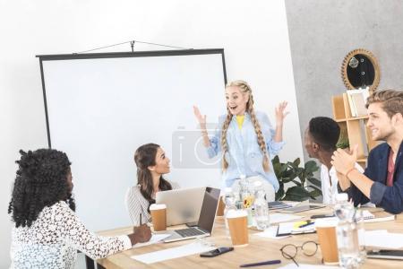 Photo pour Groupe multiculturel de gens d'affaires discutant du travail au bureau - image libre de droit