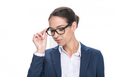 Photo pour Portrait de la séduisante femme d'affaires songeur en lunettes, isolé sur blanc - image libre de droit