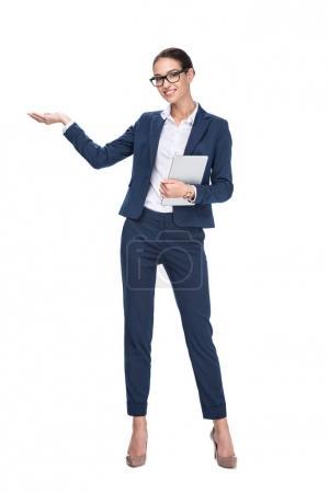 Photo pour Belle femme souriante présenter quelque chose et à l'aide de tablette numérique, isolé sur blanc - image libre de droit