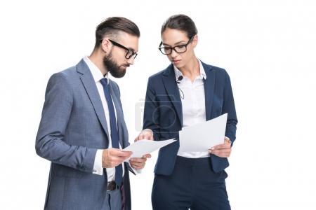 Photo pour Deux hommes d'affaires concentrés en costumes regardant les papiers, isolés sur blanc - image libre de droit