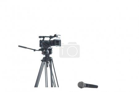 Photo pour Caméra de télévision et microphone, isolé sur blanc, concept d'équipement multimédia - image libre de droit