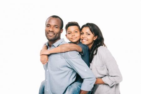 Photo pour Beaux heureux afro-américains parents avec adorable fils étreignant et souriant à la caméra isolé sur blanc - image libre de droit