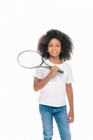 Photo pour Adorable afro-américaine fille tenant raquette de tennis et souriant à la caméra isolé sur blanc - image libre de droit